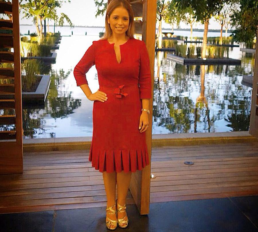 Anita Hernandez vistiendo Carolina Herrera
