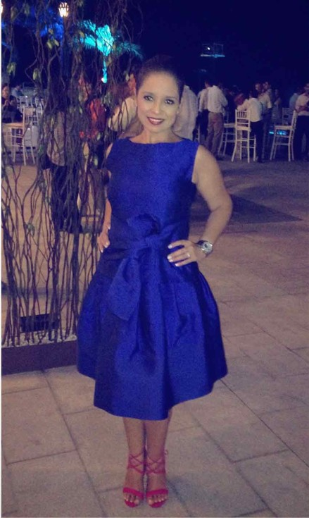 anita hernandez usando vestido azul
